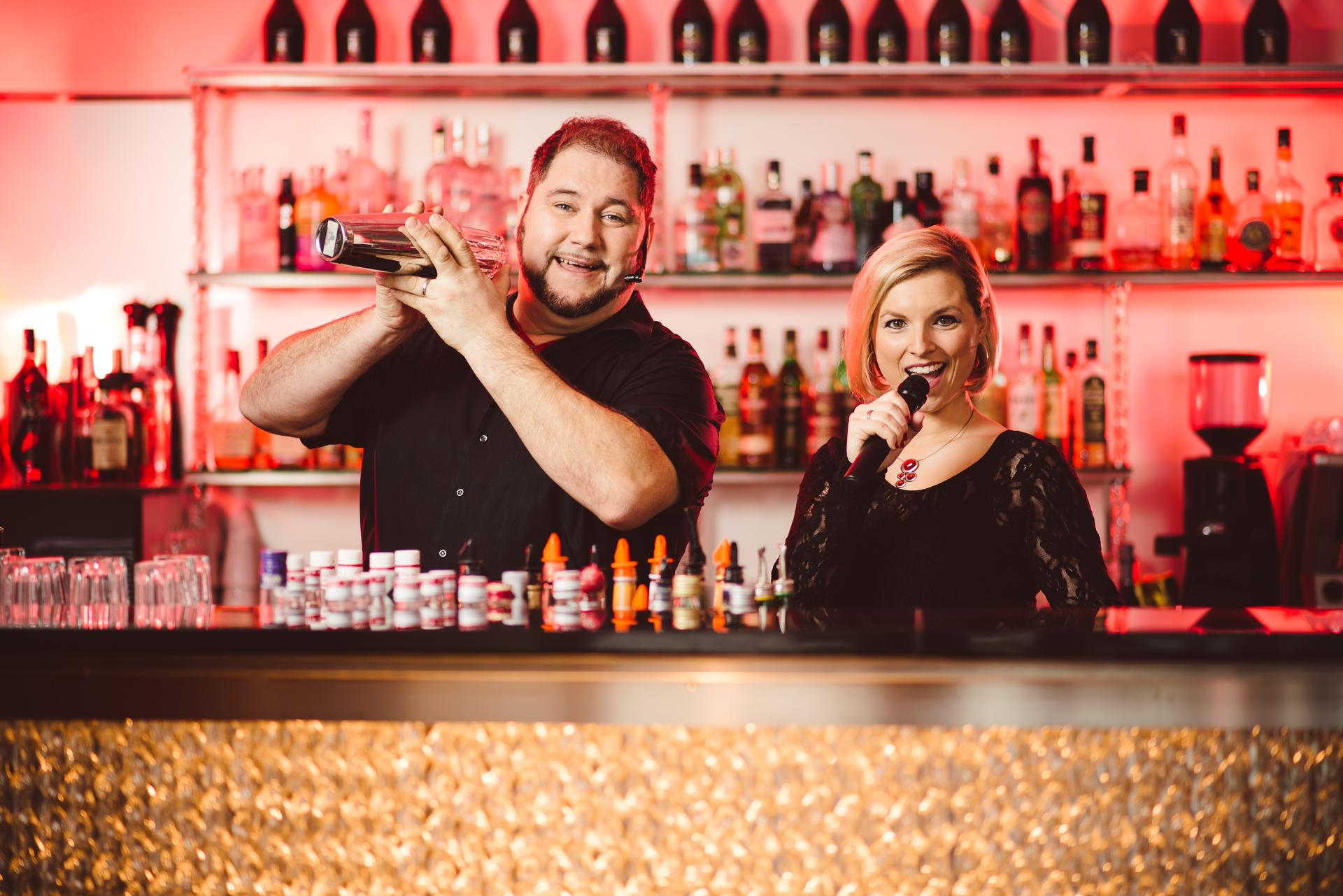Der singende Barkeeper Art Duke und Sängerin Jessi K. - Just take ...